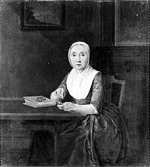 Portret van een aan een tafel zittende dame