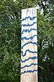 Wasserzeichen (Region Hannover), Leine bei Marienwerder, 03d02b, blaue Metallstreifen auf der Holzstele symbolisieren den Flussverlauf, roter Standortpunkt.jpg