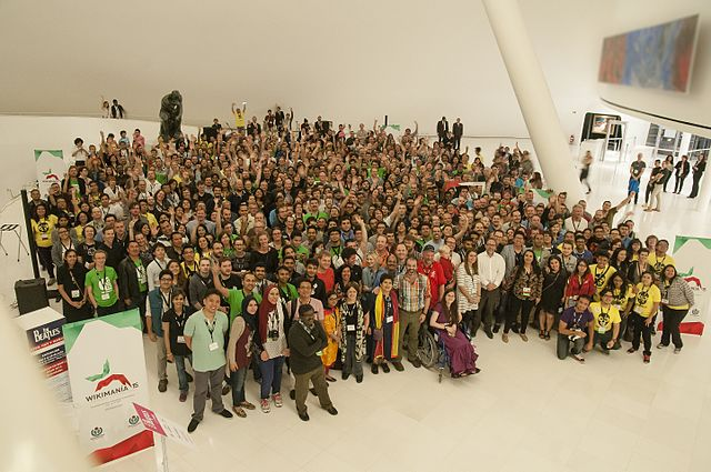 Several hundred people posing for a group photo at Wikimania 2015 at Museum Soumaya in Mexico City.