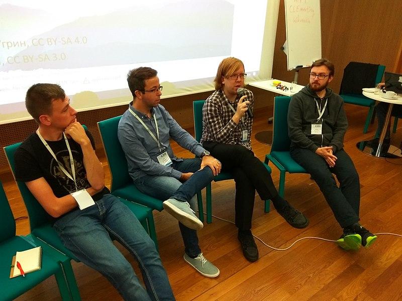 Обговорення вікіекспедицій. Зліва направо: Тарас Рикмас (Україна), Тоні Рістовскі, Як Ґрох (Чехія), Yarl (Польща) . Автор фото Visem, вільна ліцензія CC BY-SA 4.0