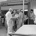 Winkelcentrum in een nieuwbouwwijk in Dimona Mannen lezen de pas gekochte krant, Bestanddeelnr 255-3580.jpg