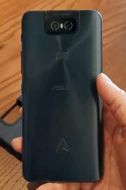 Det svarte glasset på baksiden av en ZenFone 6 Edition 30