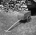 """""""Garovec"""" (ročni voziček), doma narejen. Pri Mas?lc, Sp. Trenta 1952.jpg"""