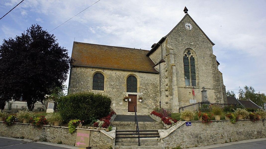 Une vue montrant tan l'église que le monument aux morts en la ville.