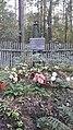 Безымянная могила с табличкой за деревянной оградой.jpg