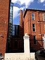 Кондитерская фабрика Большевик в Москве. Сохранившаяся часть ограды со стороны бокового фасада. Столб.jpg