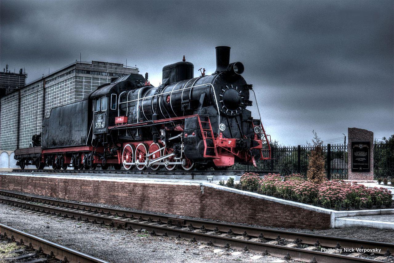 Локомотив-памятник на вокзале