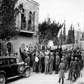 הלוייתו של אריאל בנציון בירושלים( 1932) הספד של בנימין מעל הגזוסטרה של בנין המש-PHG-1001046.png