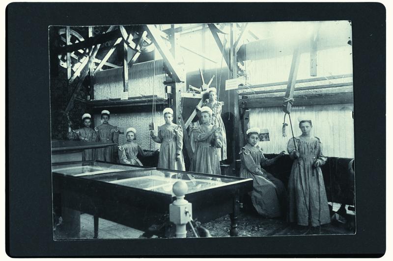 File:0079-Meisjes weverij afdeling industrie Nationale Tentoonstelling van Vrouwenarbeid 1898.tif
