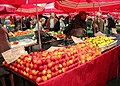 085 Mercat de Dolac (Zagreb), parades de fruita.jpg