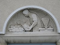 1100 Laxenburger Straße 203-217 Stg. 20 - Natursteinrelief Greissler von Ria Therese Brunner IMG 7444.jpg