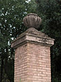 118 Parc Bosc, pilastra a l'entrada.jpg
