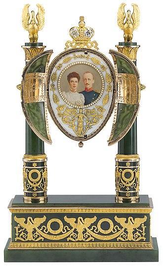 Empire Nephrite (Fabergé egg) - Image: 1902 egg open