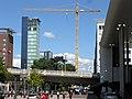2018-08-26, Ein Baukran für die neue Volksbankzentrale in Freiburg überragt mit 87 Metern den Bahnhofsturm 2.jpg