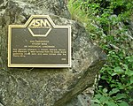"""שלט בכניסה למכרות איטרבי המציין אותם כ""""ציון דרך היסטורי"""""""