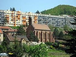 Adamov, kostel a paneláky.jpg