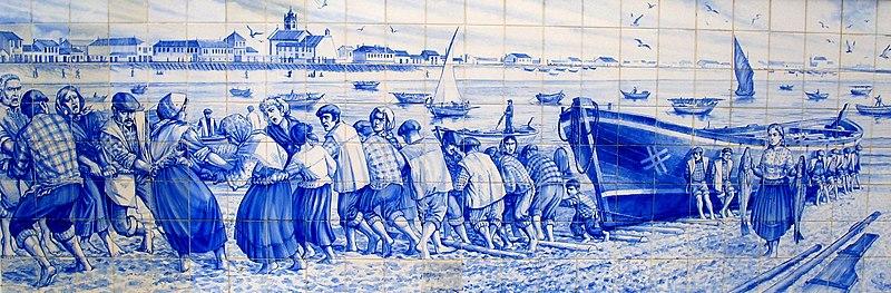 """Representación de siglas poveiras en un azulejo que representa la """"¡ala-arriba!"""" (es decir, el arrastre de los barcos hacia la playa por la comunidad)."""