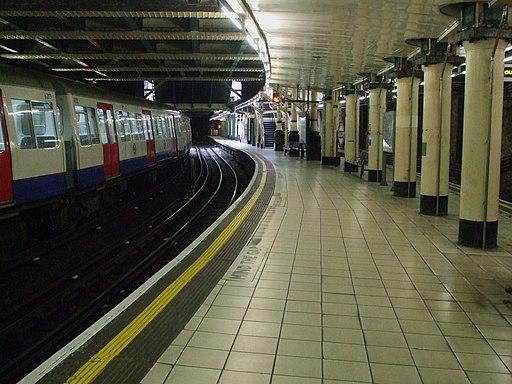 Aldgate station Metropolitan platform 2 look north