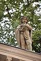Alegorické sochy vpravo na severním tympanonu Mlýnské kolonády v Karlových Varech 03.jpg