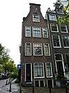 Hoekhuis aan de Amstel vanwege de incomplete zandstenen afdekkingen van de klokvormige top