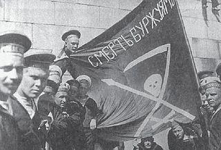 Bandera de los marinos del acorazadoPetropávlovskde Kronstadt con el esloganMuerte a los burgueses
