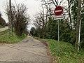 Ancienne Montée (Miribel) et panneau sens interdit sauf aux riverains.jpg