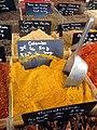 Apt Wochenmarkt (marché classé de la France) Stand mit Gewürz für Colombo.jpg