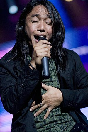 Arnel Pineda performs with Journey @ PNC Bank ...