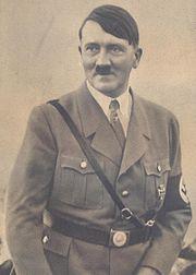 Portrait noir et blanc de Hitler en 1933, dans son uniforme habituel.