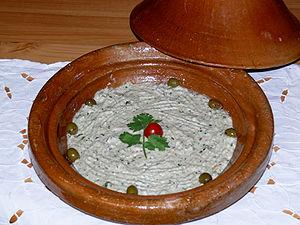 Baba Ganoush, garnerad med tomat, persilja och oliver.