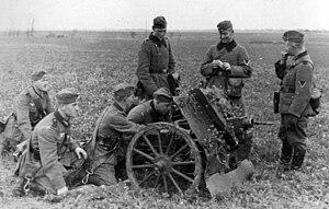7.5 cm leichtes Infanteriegeschütz 18 - Image: Baltikum 1942 leichten Infanteriegeschützes 7,5cm lel G 18 by Ra Boe