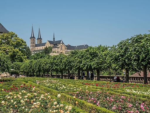 Rosengarten der Neuen Residenz mit Blick auf Kloster Michelsberg Weltkulturerbe Altstadt Bamberg)