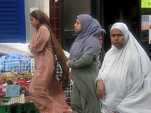 English: Bangladeshi women at Whitechapel Mark...