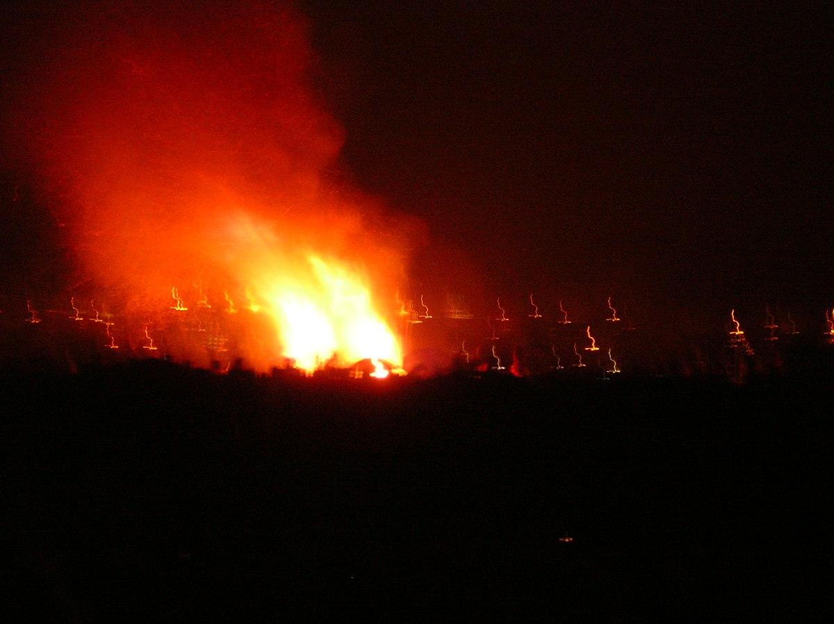 1200px Beltane Bonfire on Calton Hill - 「ハロウィン」(Halloween)はいつから? 起源と由来,お祭りの意味を紹介