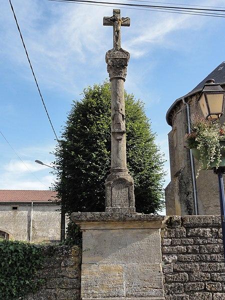 Beuveille (Meurthe-et-M.) croix près de l'église
