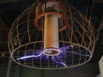 Una bobina di Tesla al Palazzo della Scoperta a Parigi, Francia.