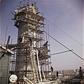 Bouwvakkers boven op de steigers aan het werk, Bestanddeelnr 254-7350.jpg