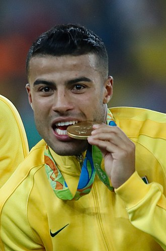 Rafinha (footballer, born February 1993) - Rafinha celebrating the gold medal with Brazil at the 2016 Summer Olympics