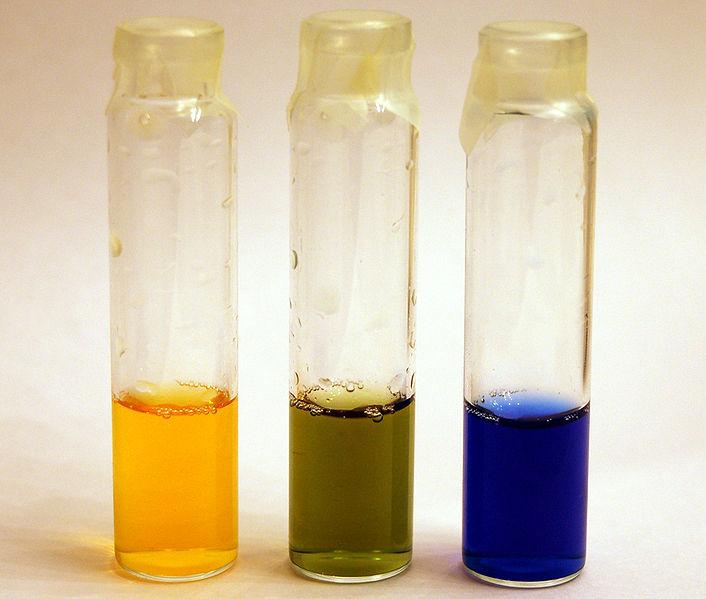 BTB i sur (gul), neutral (grön) och basisk (blå) lösning.