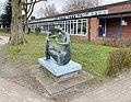 Bronze Mutter und Kind von Dorothea Buck, Schule An der Gartenstadt, Hamburg.jpg