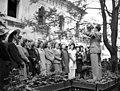 Bugát Pál (Hanák Kolos) tér, a KIOSZK Söröző előtt. A Budapesti Cecilia Kórus próbája, a karnagy Bárdos Lajos. Fortepan 71624.jpg