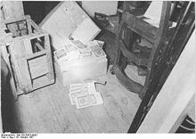 Bundesarchiv Bild 183-50674-0003, Magdeburg, Karton mit Geldscheinen.jpg