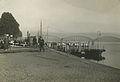 Burgerdeelnemers wachten op de pont naar Lent tijdens een Vierdaagse. – F42509 – KNBLO.jpg