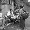 COLLECTIE TROPENMUSEUM Marktkraam (warung) langs de oude weg Plaosan te Saradan Madiun Oost-Java TMnr 10002692.jpg