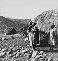 COLLECTIE TROPENMUSEUM Vrouwen poseren bij een woning met uitzicht over een berglandlandschap TMnr 20014798.jpg