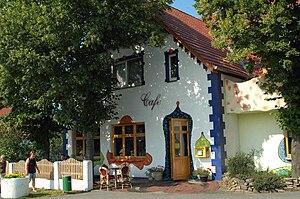 """Anziehungspunkt in Stemwede-Oppenwehe: Flaniercafe """"HundertSinne"""", gestaltet im Stil F. Hundertwassers"""