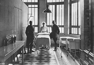 Royal Canadian Army Medical Corps - A Canadian nurse with 2 soldiers in WWI.