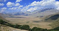 L'altopiano di Castelluccio di Norcia verso nord. A destra il Monte Vettore e la catena dei Monti Sibillini