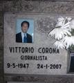 """Celletta con le ceneri di Vittorio Corona, al """"Laghetto Cinerario"""" del Cimitero di Lambrate.png"""