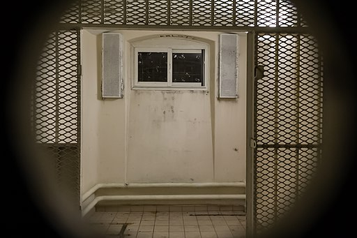 Cellule du quartier d'isolement de la prison Jacques-Cartier, à travers le judas, Rennes, France